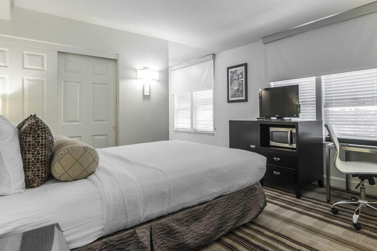 1-queen-bed-1-1.jpg