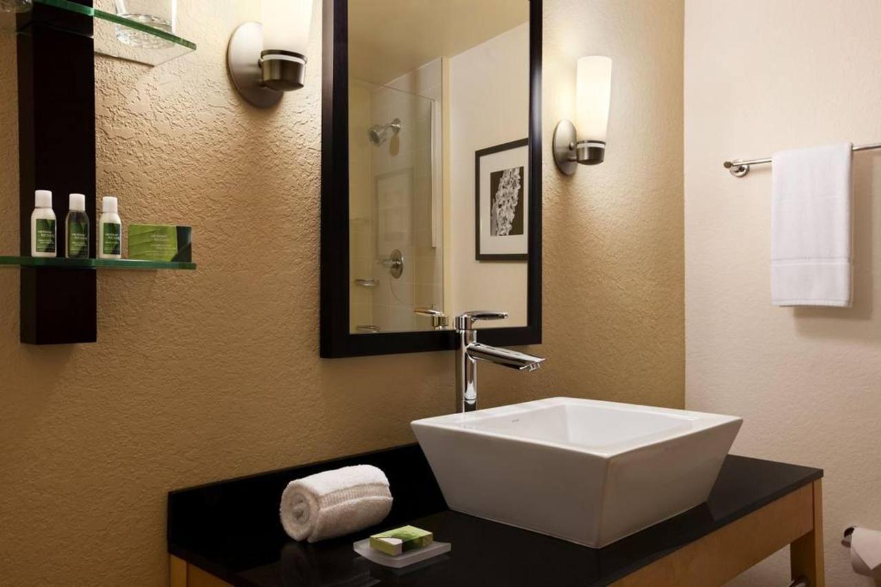 1-king-suite-919722-1.jpg.1024x0 (1).jpg