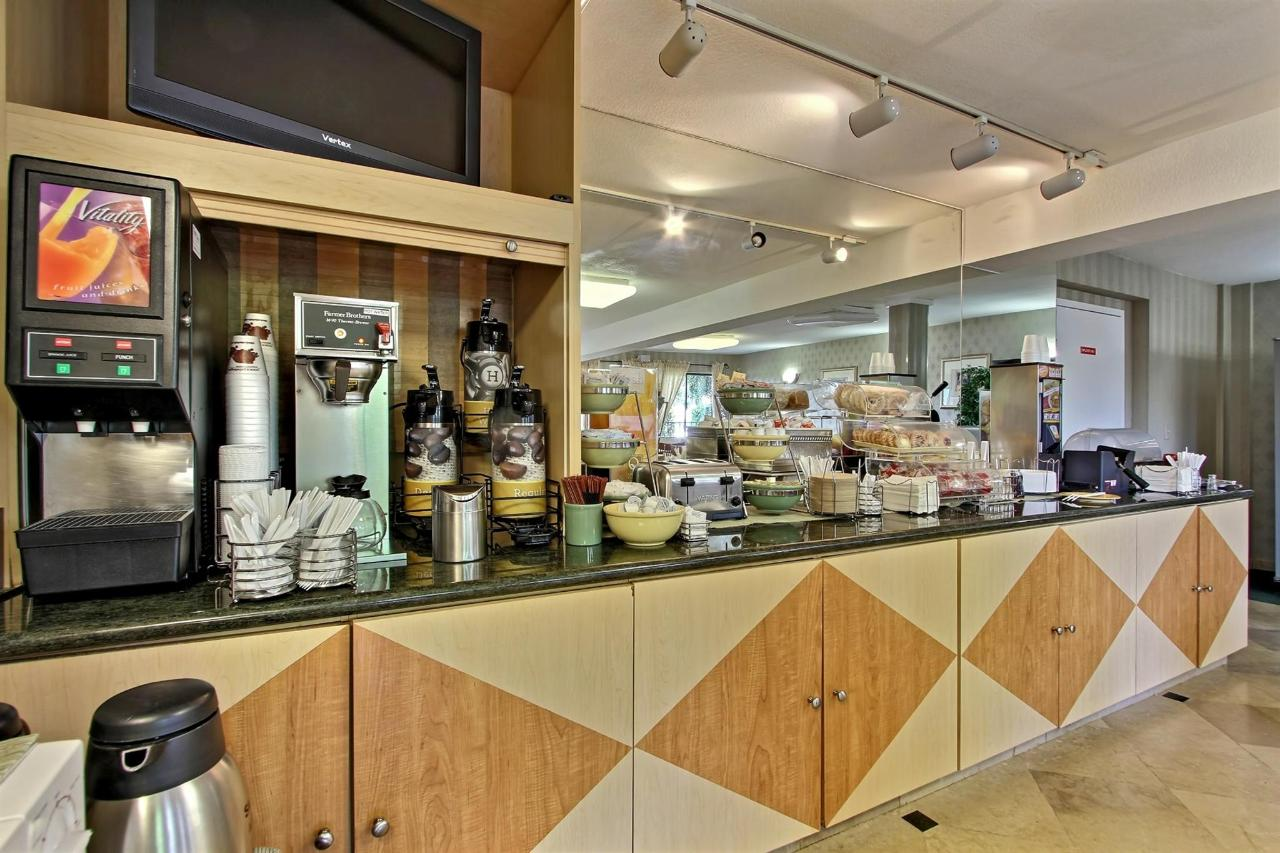 breakfast-counter-b.jpg.1920x0.jpg