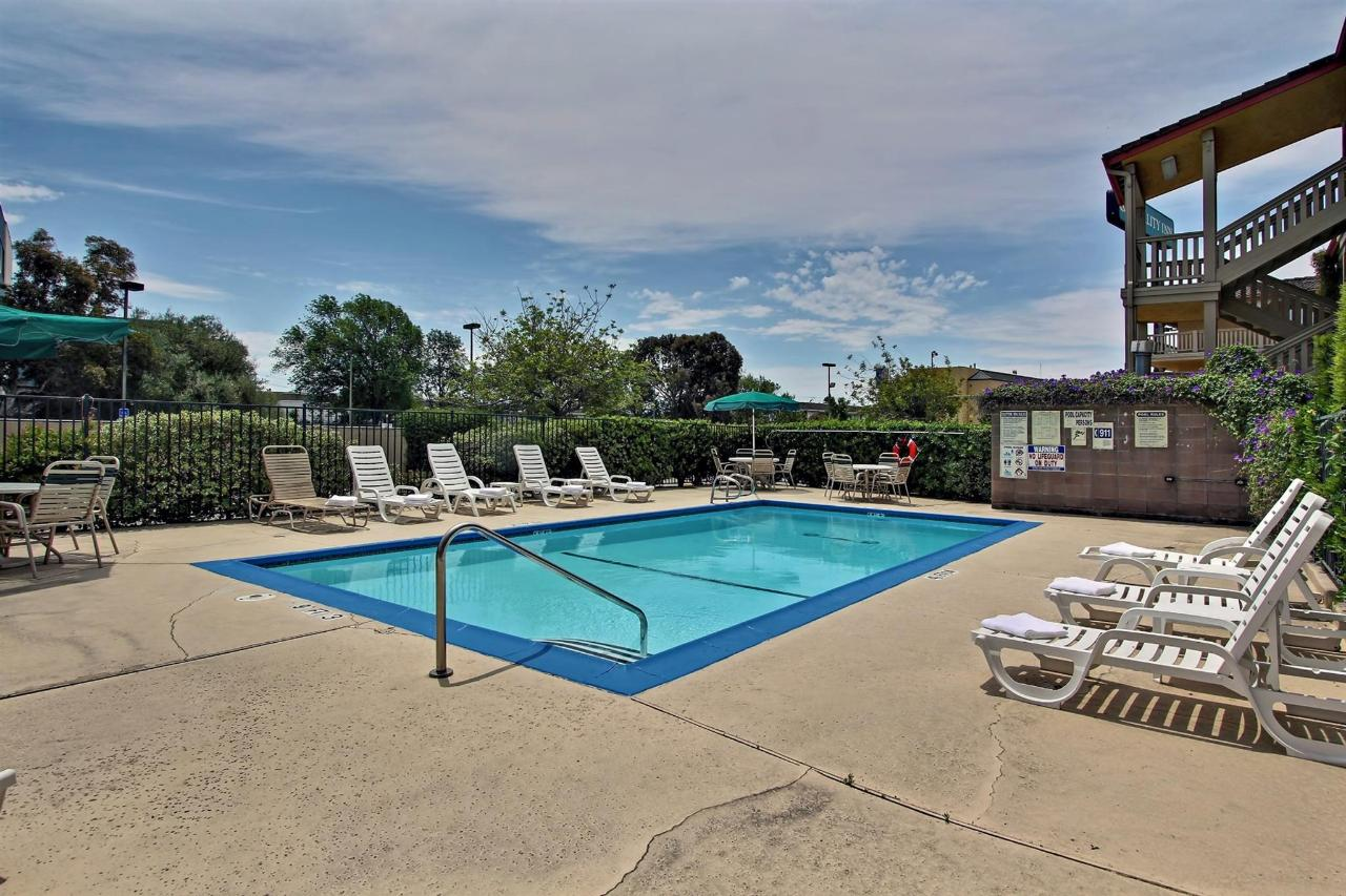pool-view-towards-parking-lot.jpg.1920x0.jpg