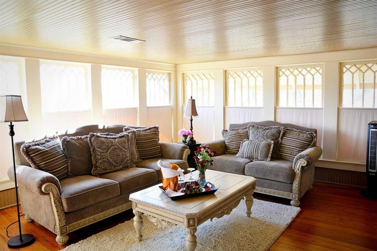 josephine-s-suite-sala de estar-sofá-love-seat-hdtv-and-a-view-set-in-the-tree-tops-at-iron-horse-inn.jpg.1920x0.jpg