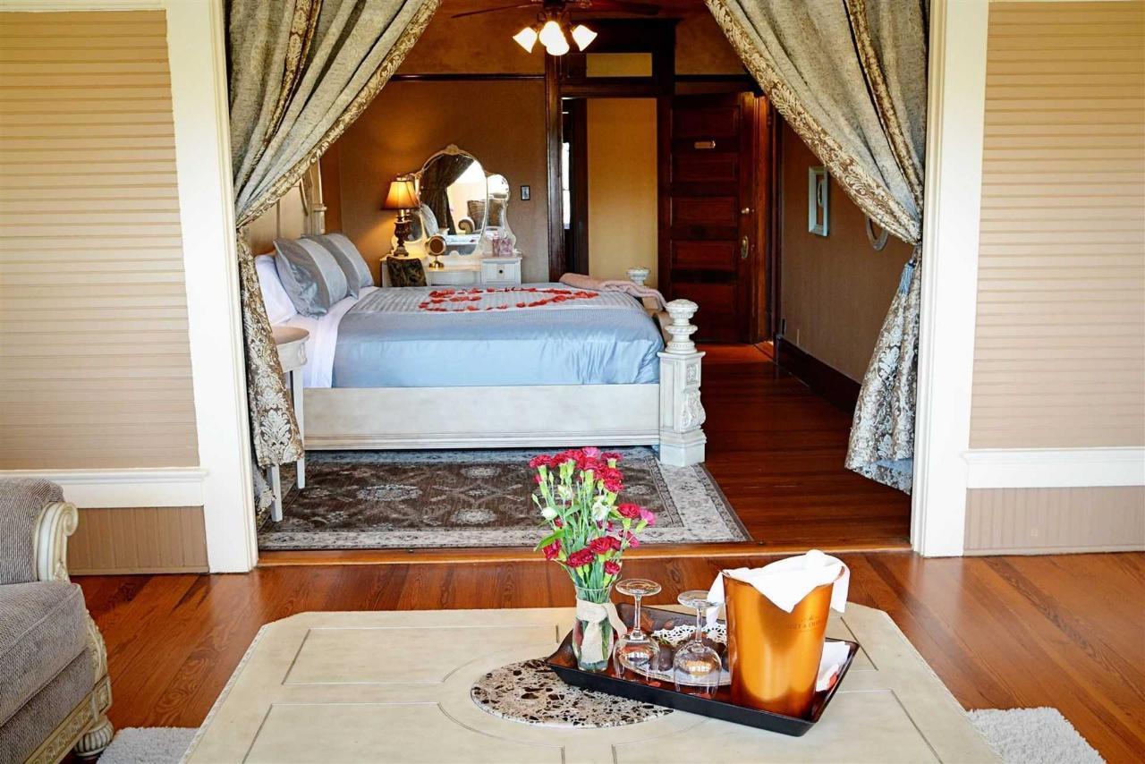 josephine-s-suite-con-sala de estar-king-bed-luxury-linen-vanity-and-private-bath-at-iron-horse-inn.jpg.1920x0.jpg