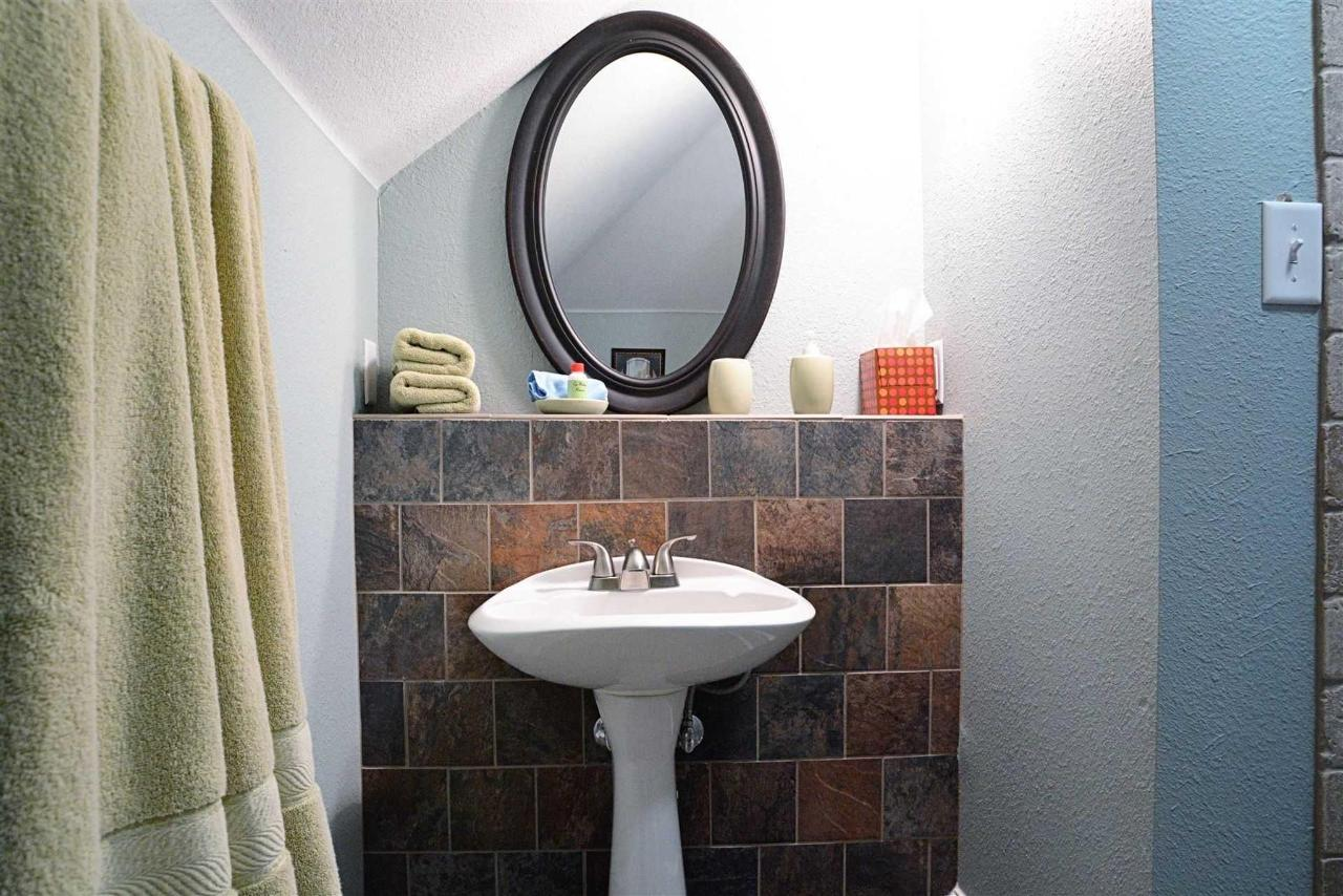 bluebonnet-room-sink-and-tilework-at-iron-horse-inn.jpg.1920x0.jpg