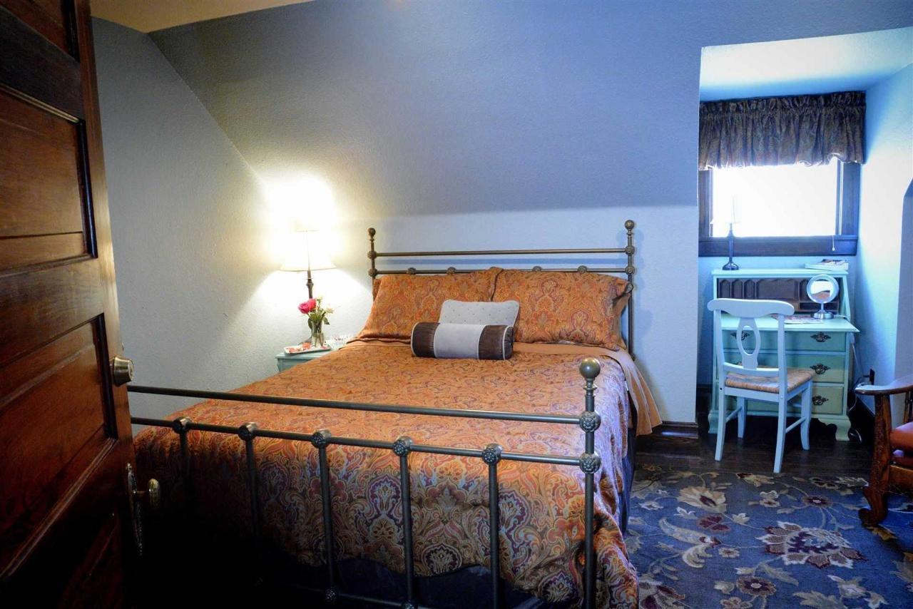 Habitación Bluebonnet-forjado-cama queen-escritorio-vanidad-hdtv-lounge-chair-cozy-room-at-iron-horse-inn.jpg.1920x0.jpg