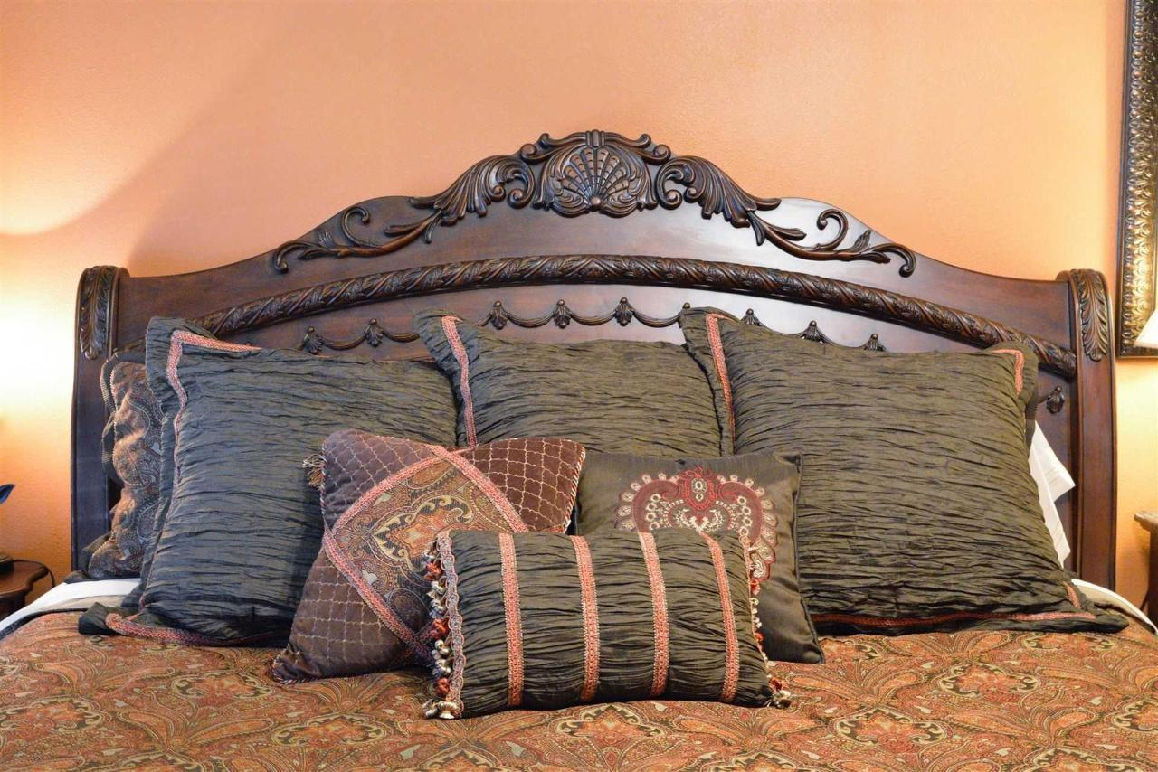 chisholm-trail-room-enjoys-the-colors-of-the-southwest-with-a-majestic-king-bed-at-iron-horse-inn.jpg.1920x0.jpg