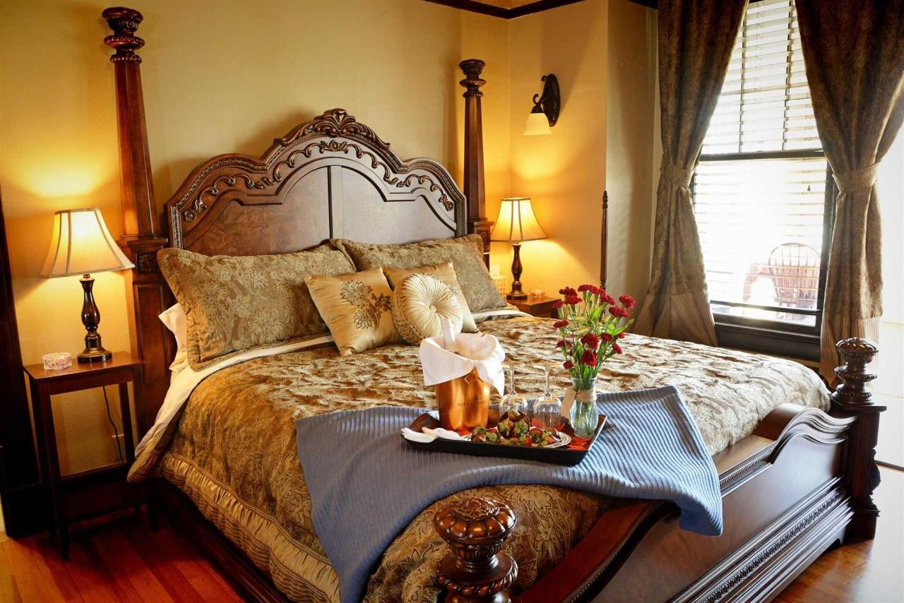 cogdell-suite-majestic-king-bed-with-luxury-linen-at-the-iron-horse-inn.jpg.1920x0.jpg