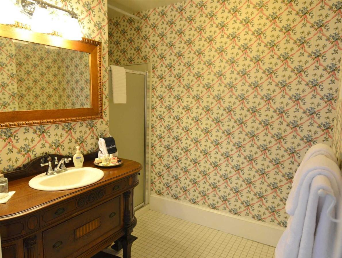 edward-bathroom.jpg.1920x0.jpg