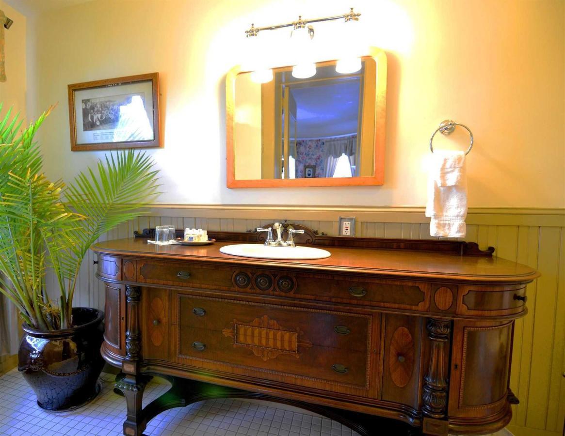 bill-rm-bathroom.jpg.1920x0.jpg