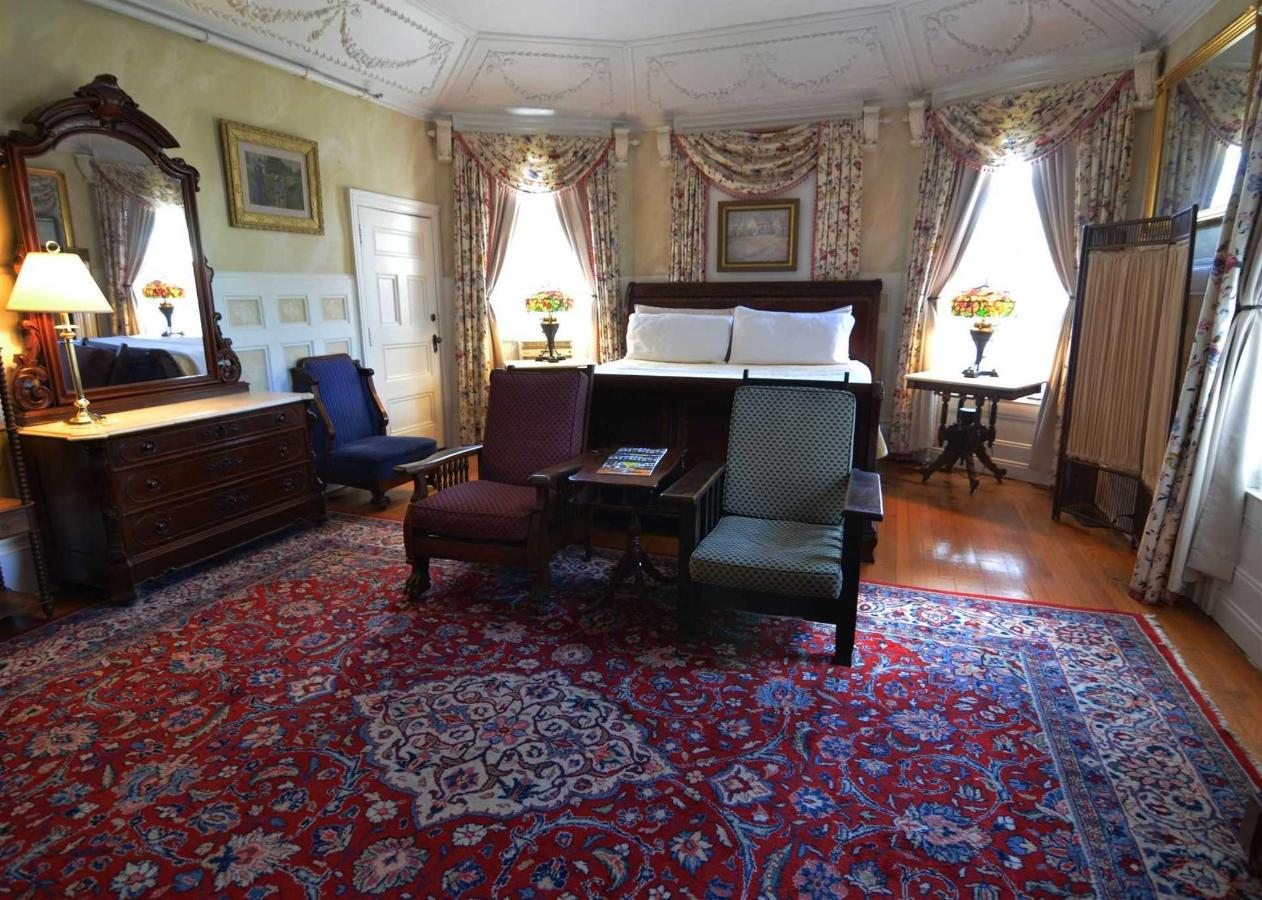 Union Gables Inn Jane room with king sleigh bed