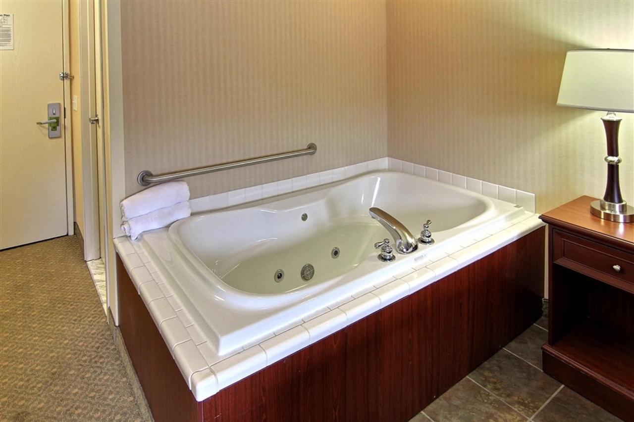 king-hot-tub-room-2.JPG.1024x0.JPG