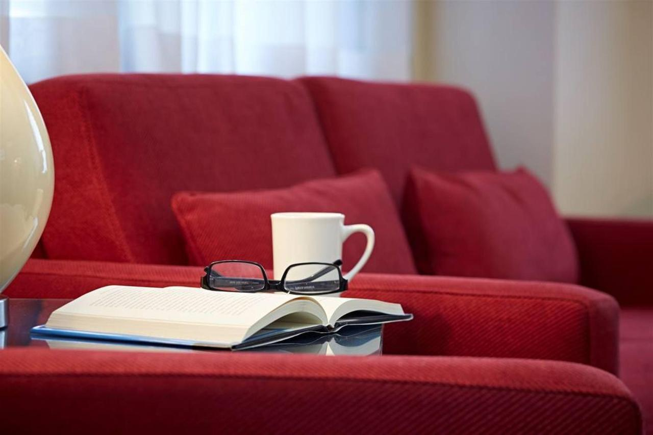 red-loveseat-et-livre.jpg.1024x0.jpg