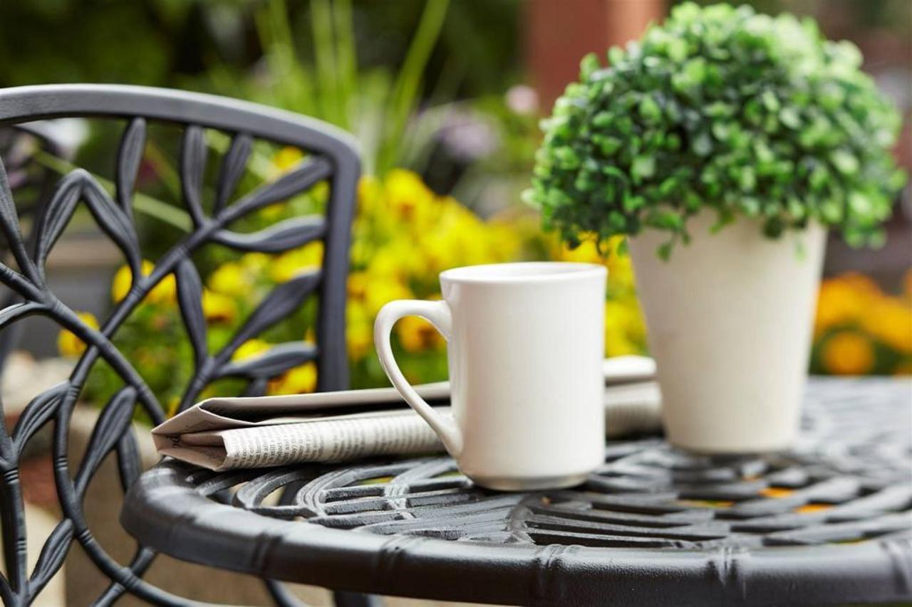 table-avec-fleur-pot-café-et-papier-close-up.jpg.1024x0.jpg