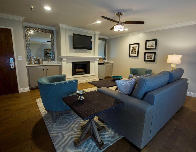 215-livingroom.jpg.1920x0.jpg
