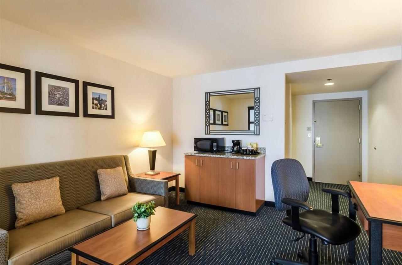 King Suite sitting room.jpg