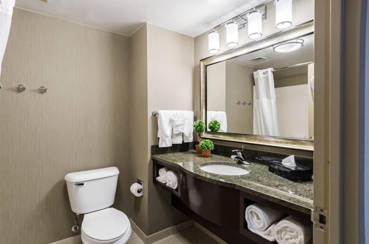 Double Queen bathroom.jpg