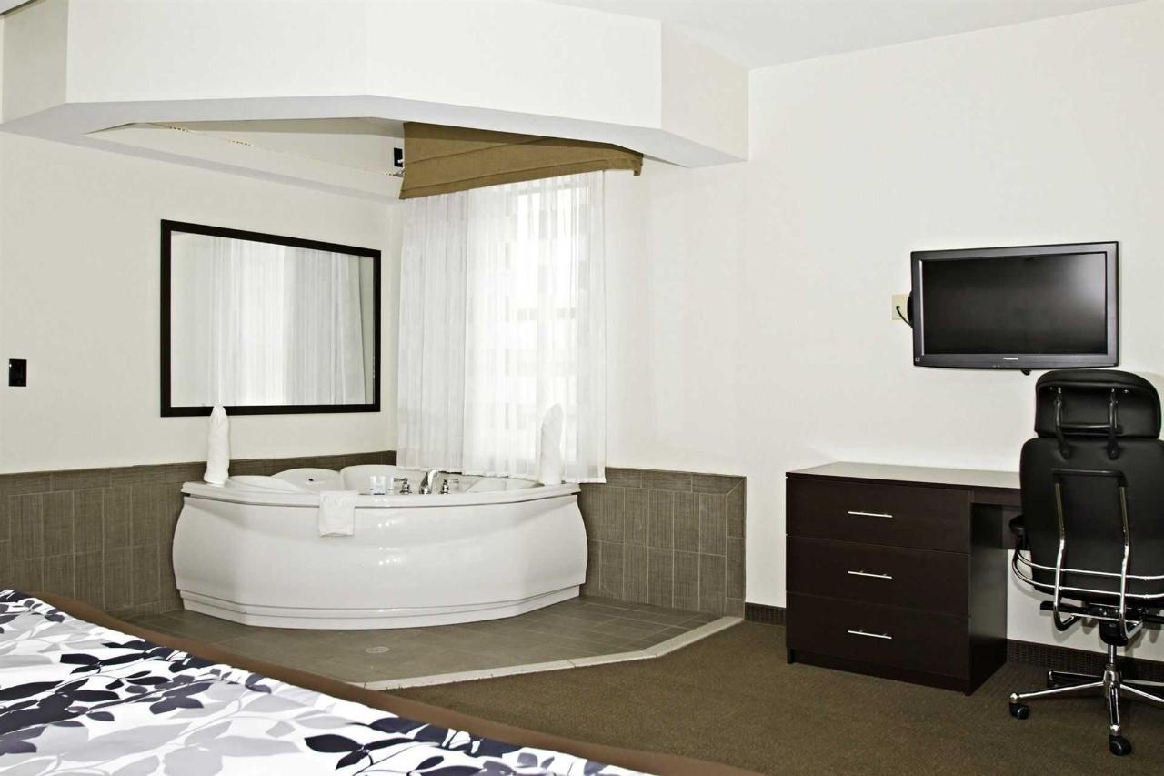 king_suite_tub_4.jpg.1920x0.jpg