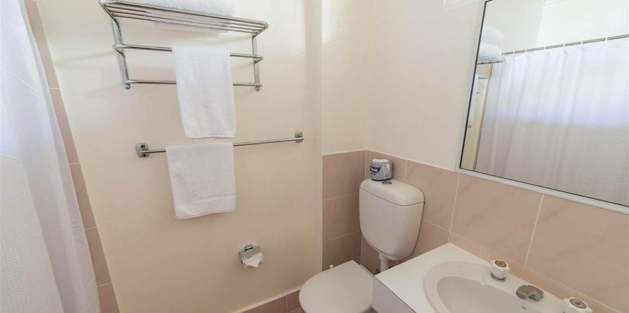 Standard_Queen_Bathroom.jpg