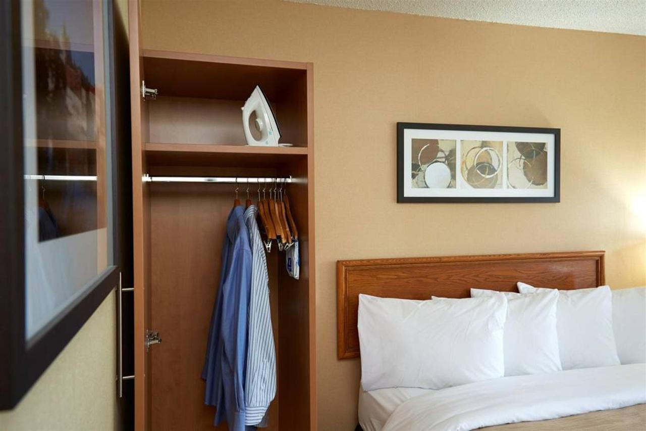 guestrooms-offer-loads-of-closet-space.jpg.1024x0.jpg