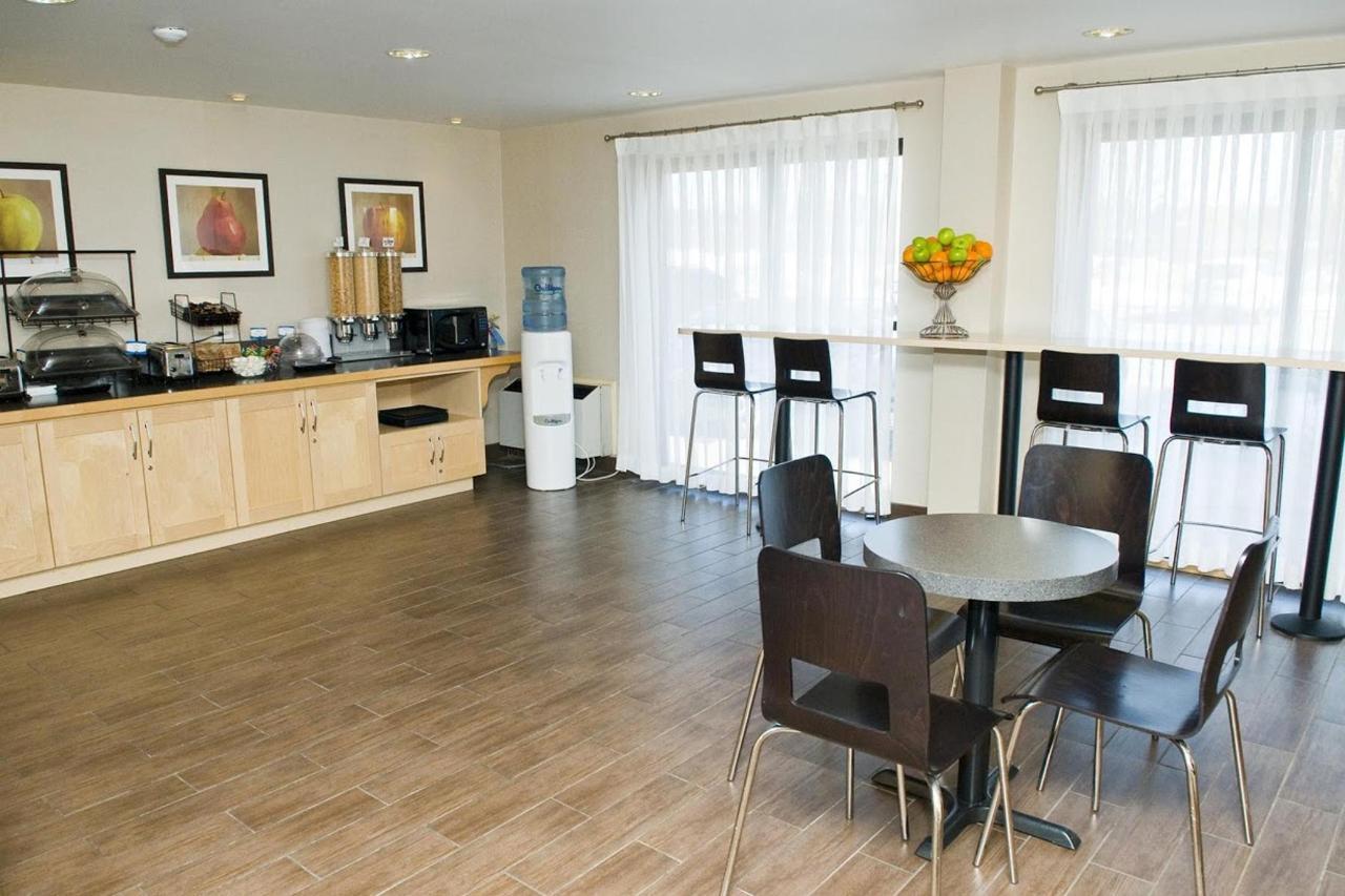 comfort-inn-hwy-401-kingston-2.jpg