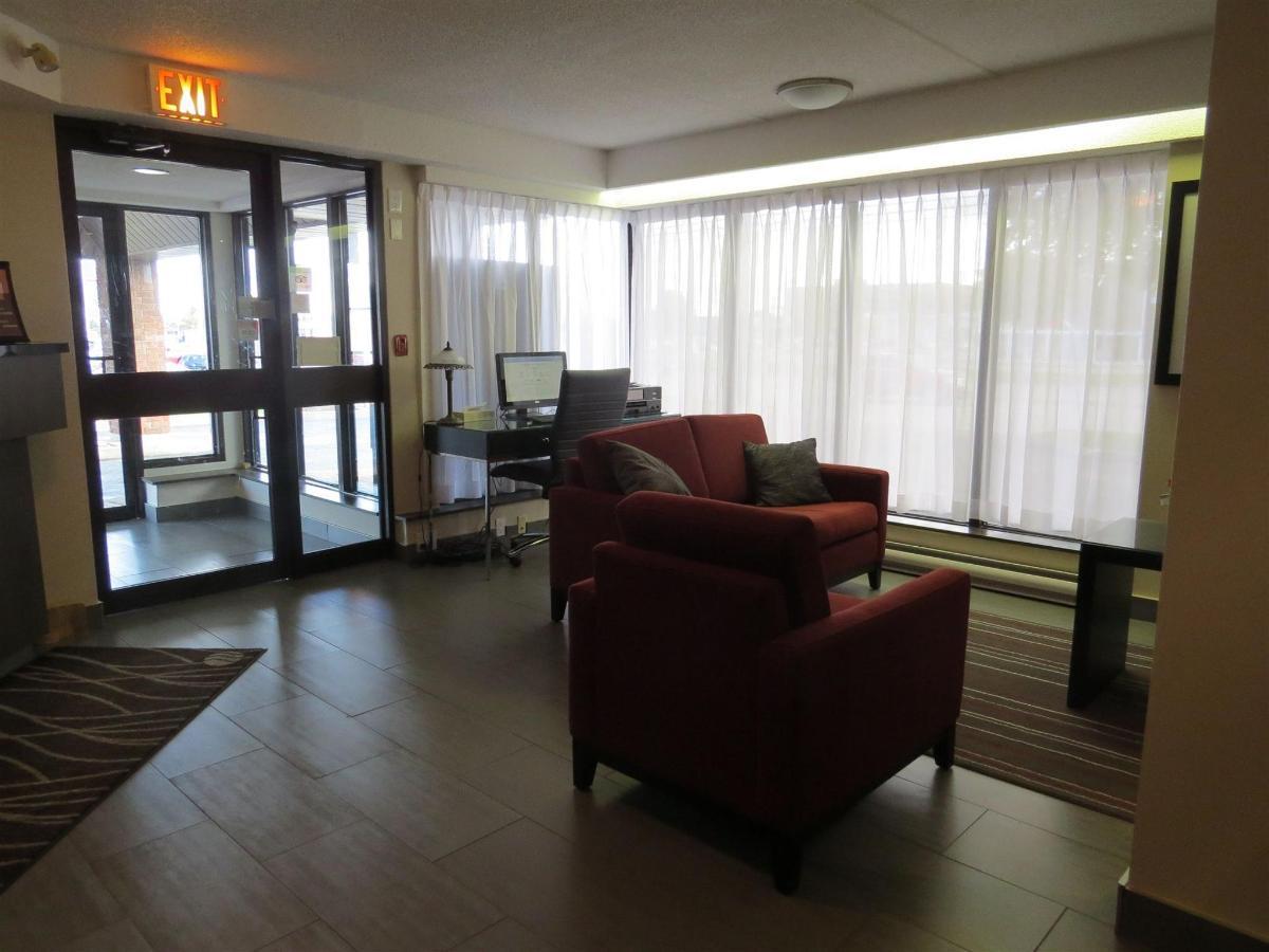 Lobby and Breakfast Area (1.2).JPG