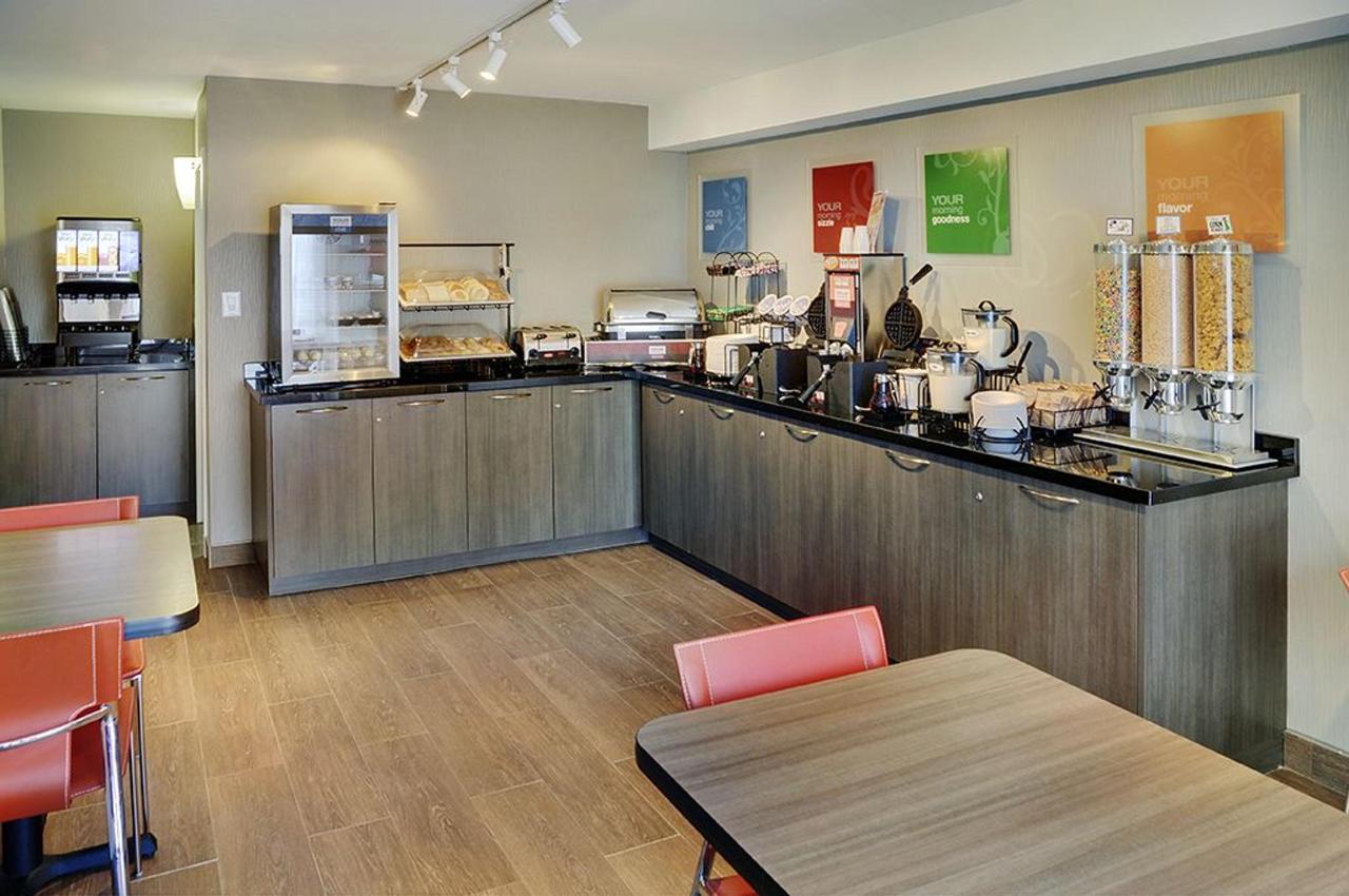 Lobby and Breakfast Area (1.6).jpg