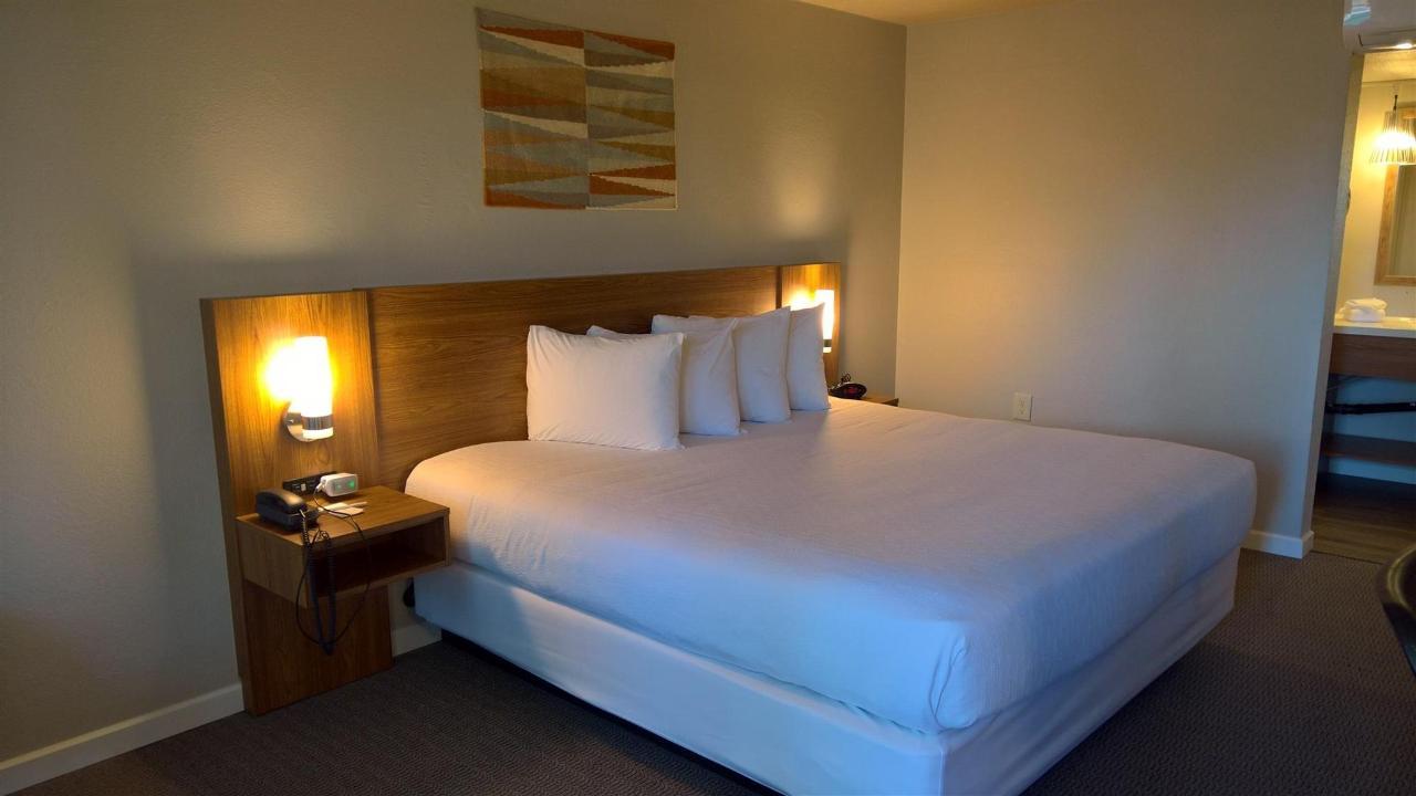 King Bed Room (01).jpg