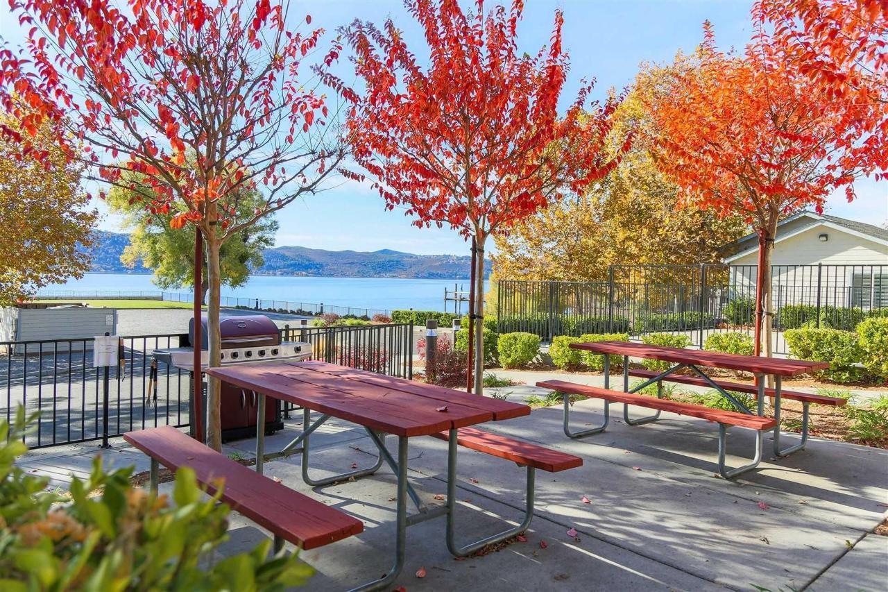 outside-tables-in-fall-1.jpg.1920x0.jpg
