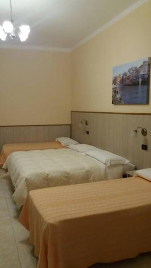 Camera matrimoniale con due letti singoli aggiunti.jpg