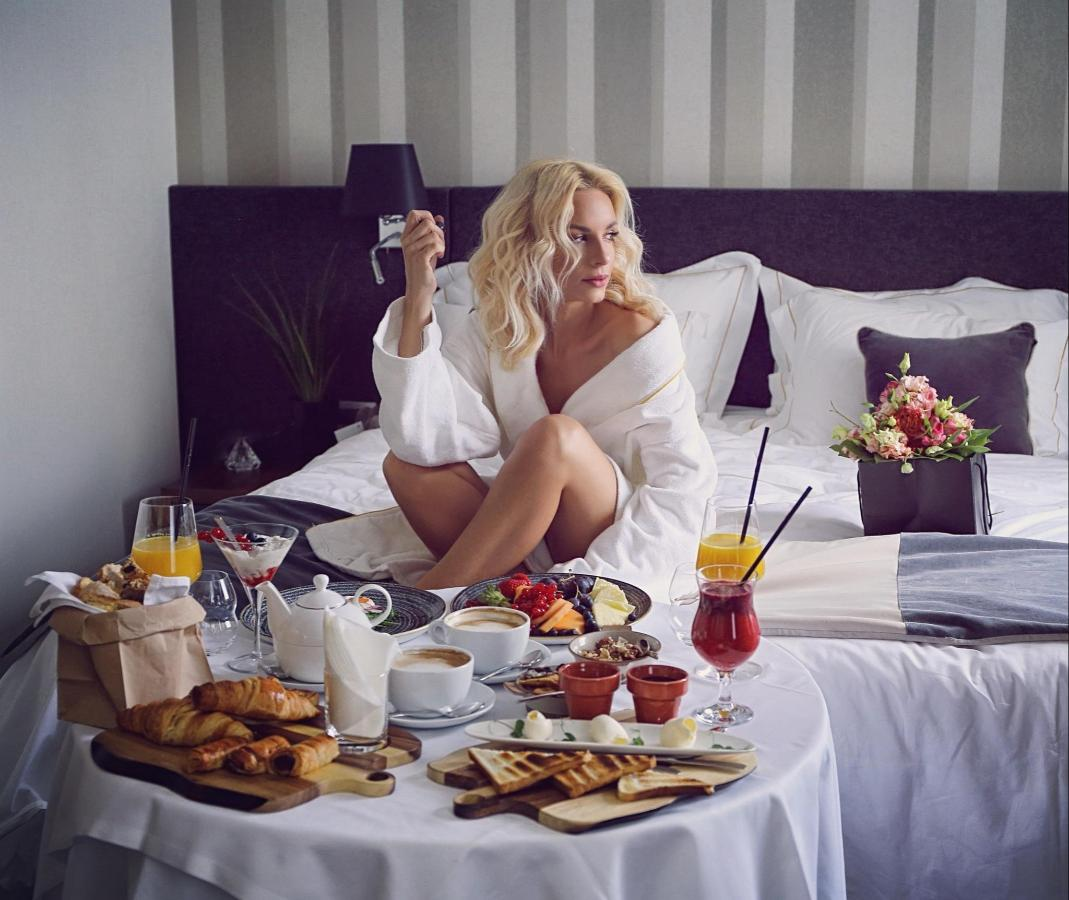 Breakfast in bed_by Jasna Vale.jpg