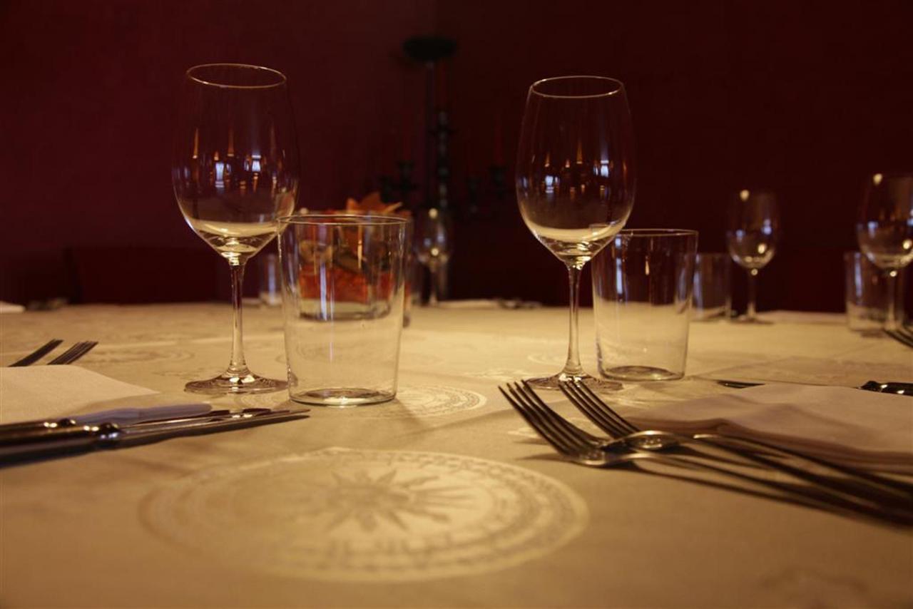 Table Restaurant (Large) .JPG