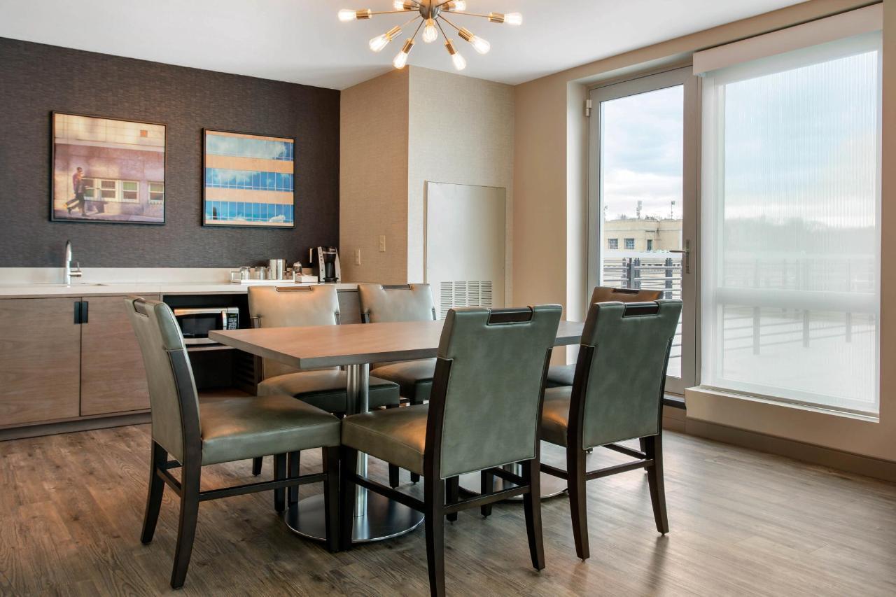 813 Dinning Room.jpg
