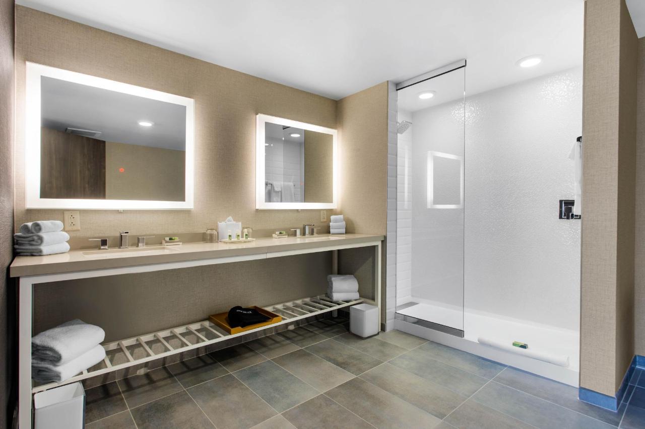 suite bath.jpeg