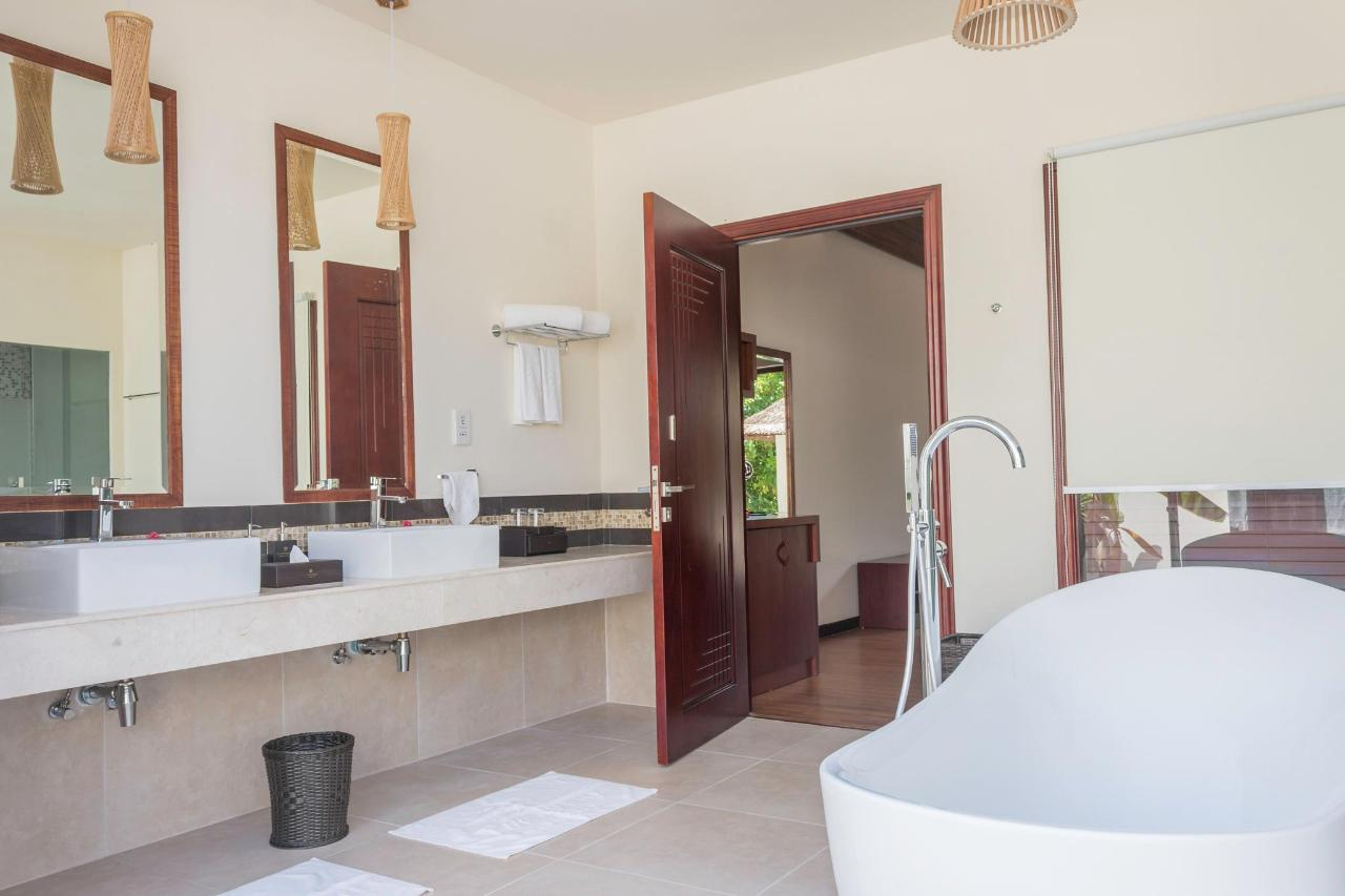 Garden Villa Bathroom.jpg