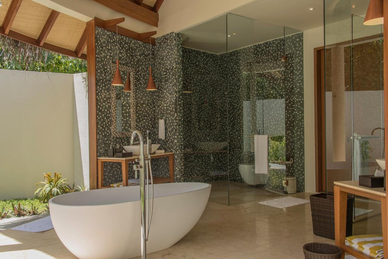 Dhoni Pool Villa Bathroom 1.jpg