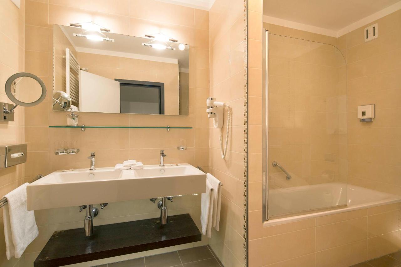 hotel-campione-bissone-bagno-camera-familiare.jpg