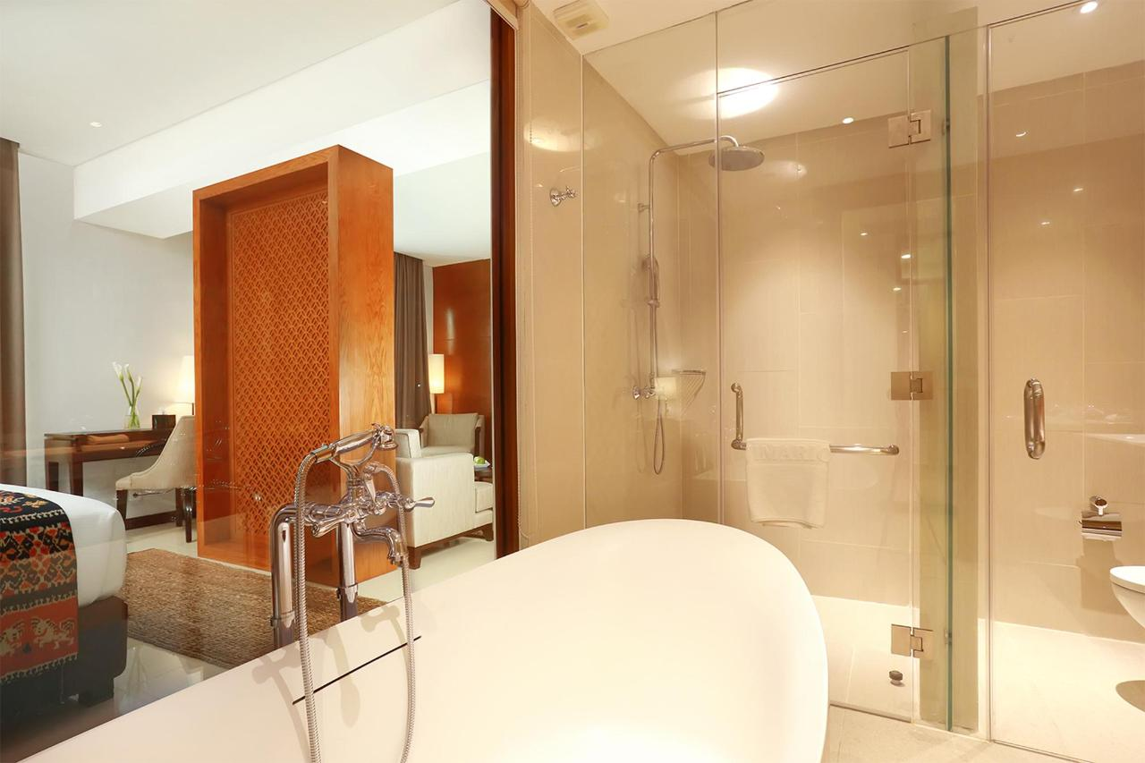 10. Executive Suite Bathroom.jpg