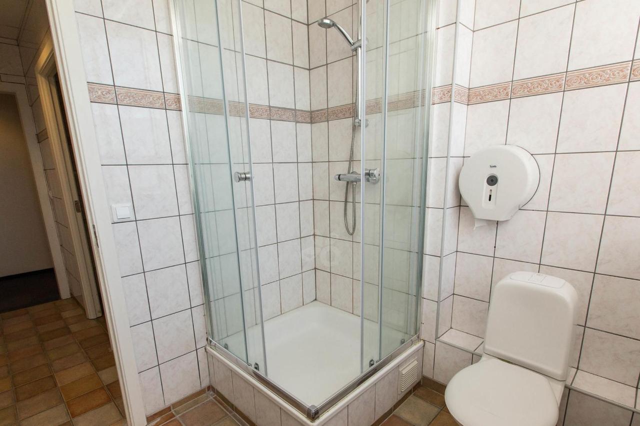 shared-bathrooms--v17295527-2000.jpg