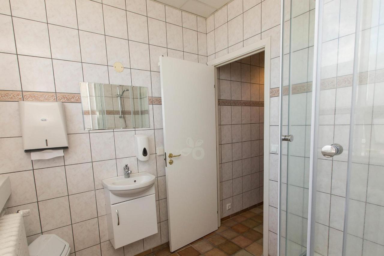 shared-bathrooms--v17295557-2000.jpg