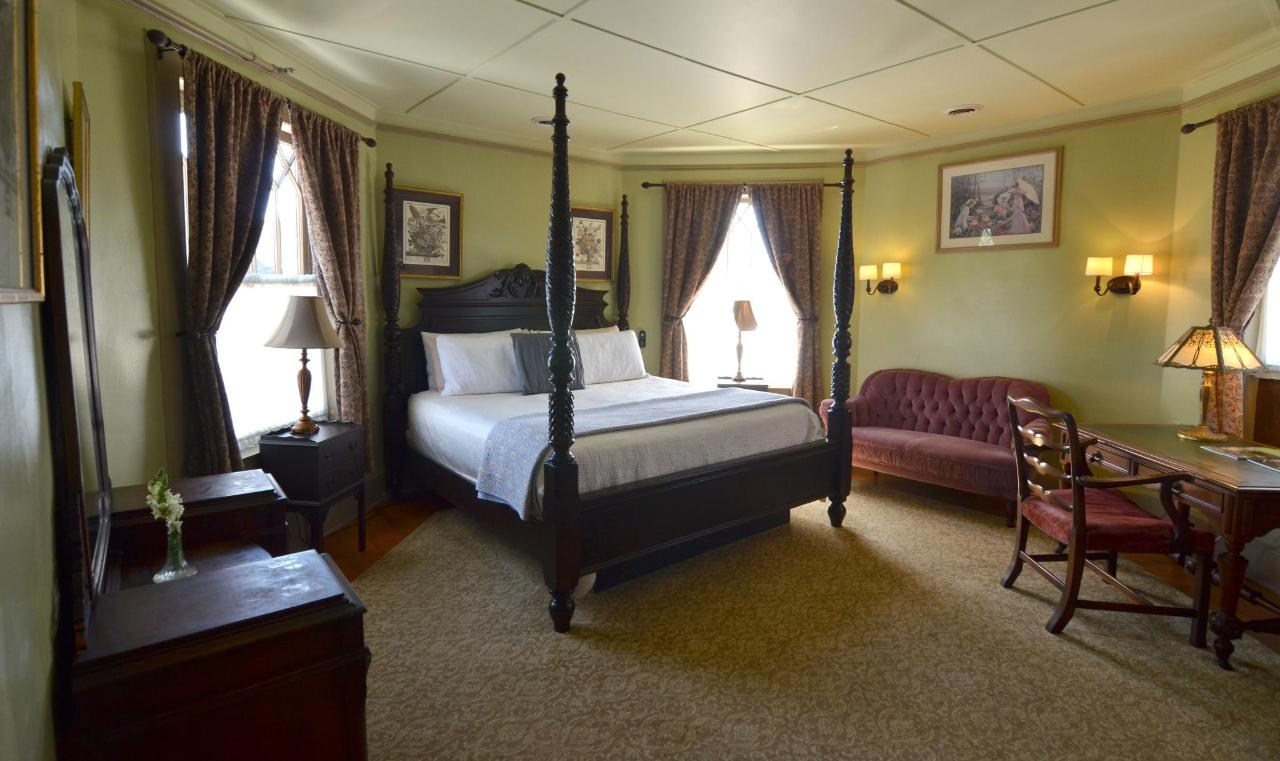 Union Gables Inn Linda room with king post bed