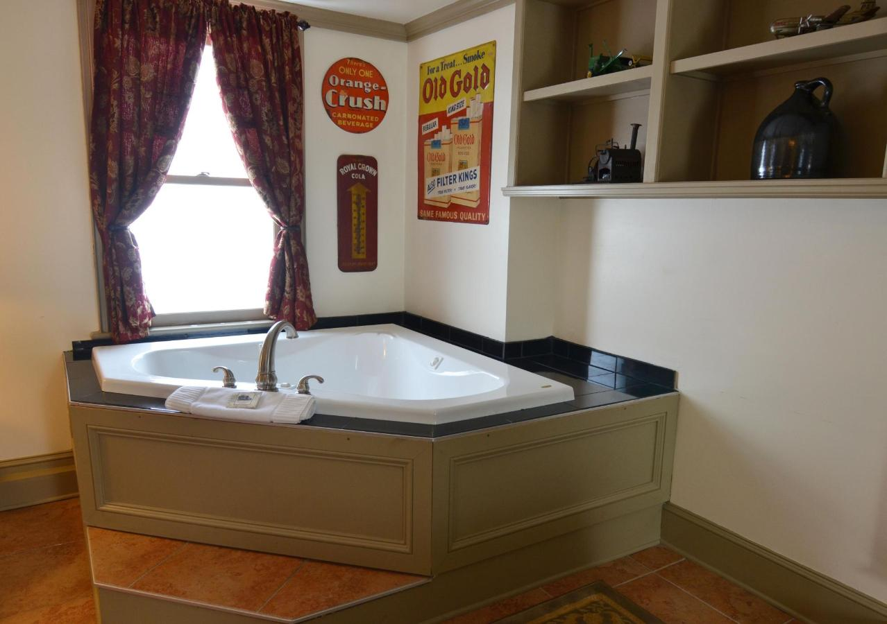 Union Gables Inn Library room Jacuzzi tub