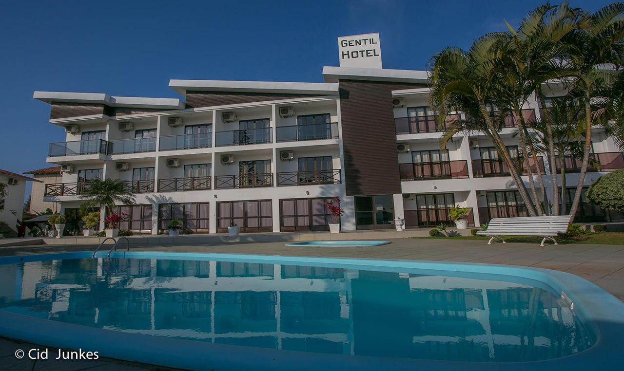hotel prédio em frente a piscina.jpg