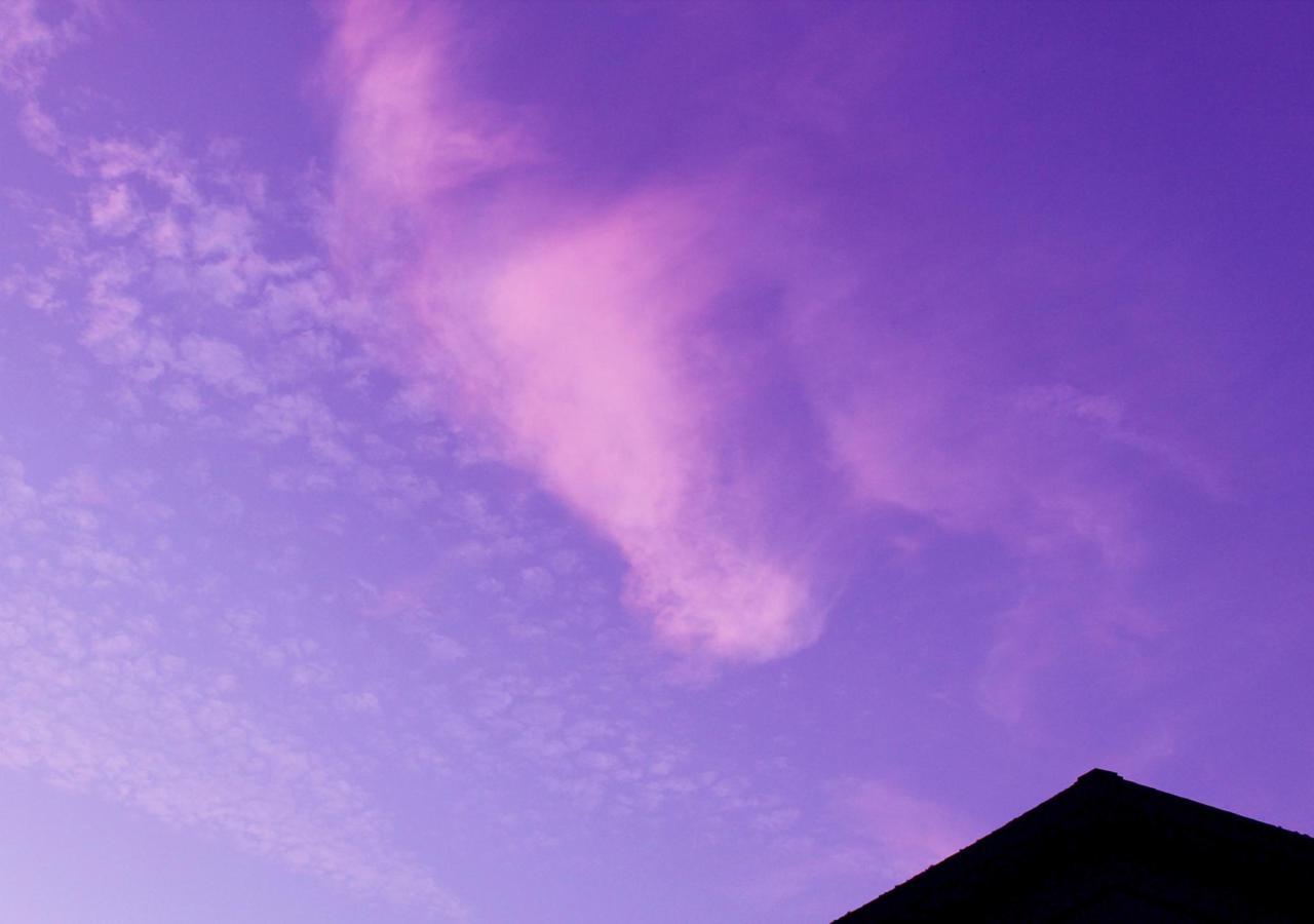 玄関から薄暮の空