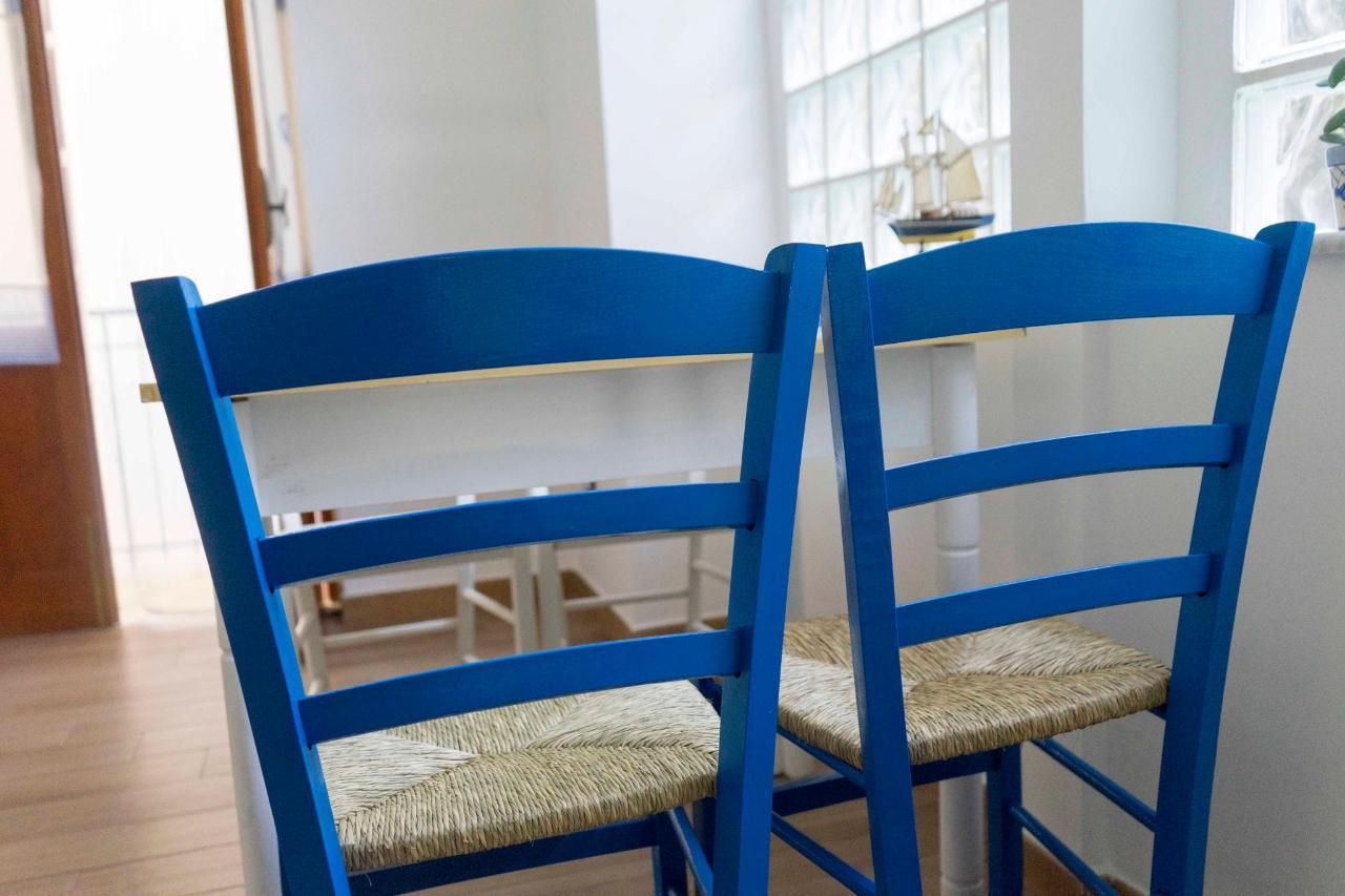 bilocale con balcone sedie tavolo.jpg
