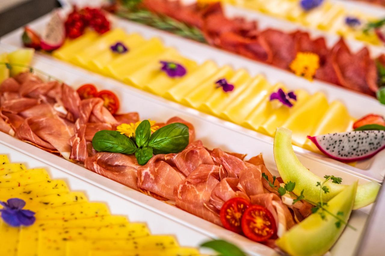 Wurst- und Käseauswahl am Frühstücksbuffet