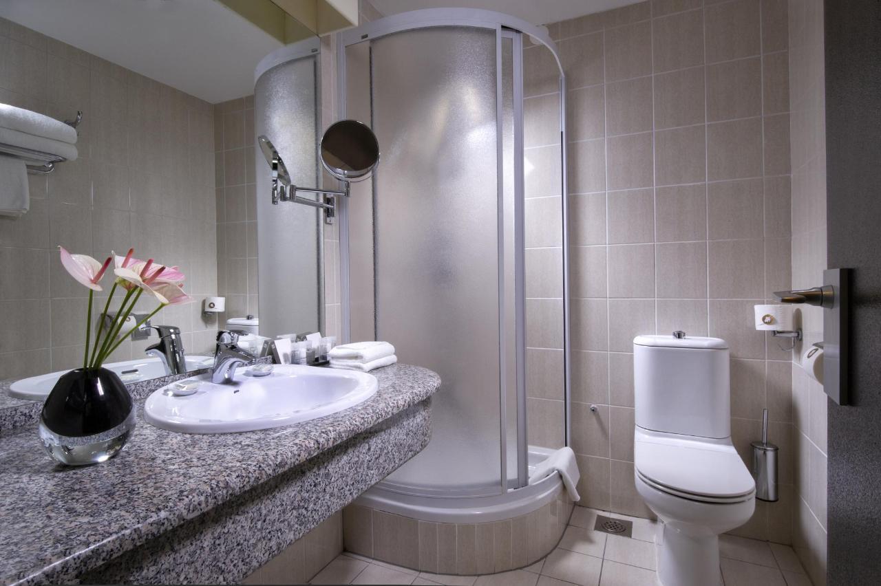 HotelSlon_ByZigaKoritnik2018_Economy room-bathroom.jpg