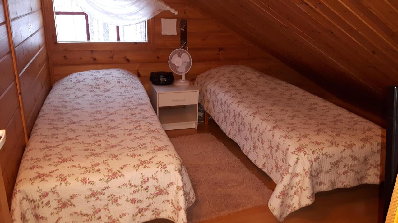Yläkerran makuuhuone.jpg