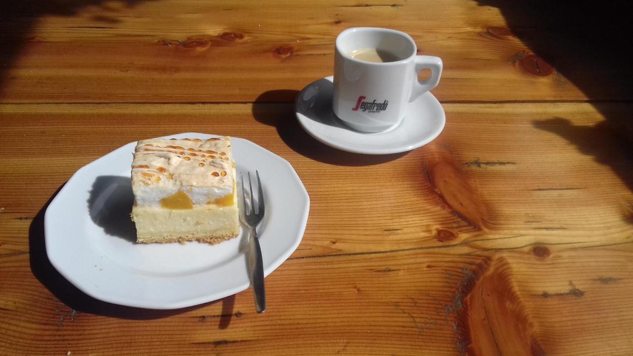 sernik z brzoskwiniami i czarna kawa z ekspresu.jpg