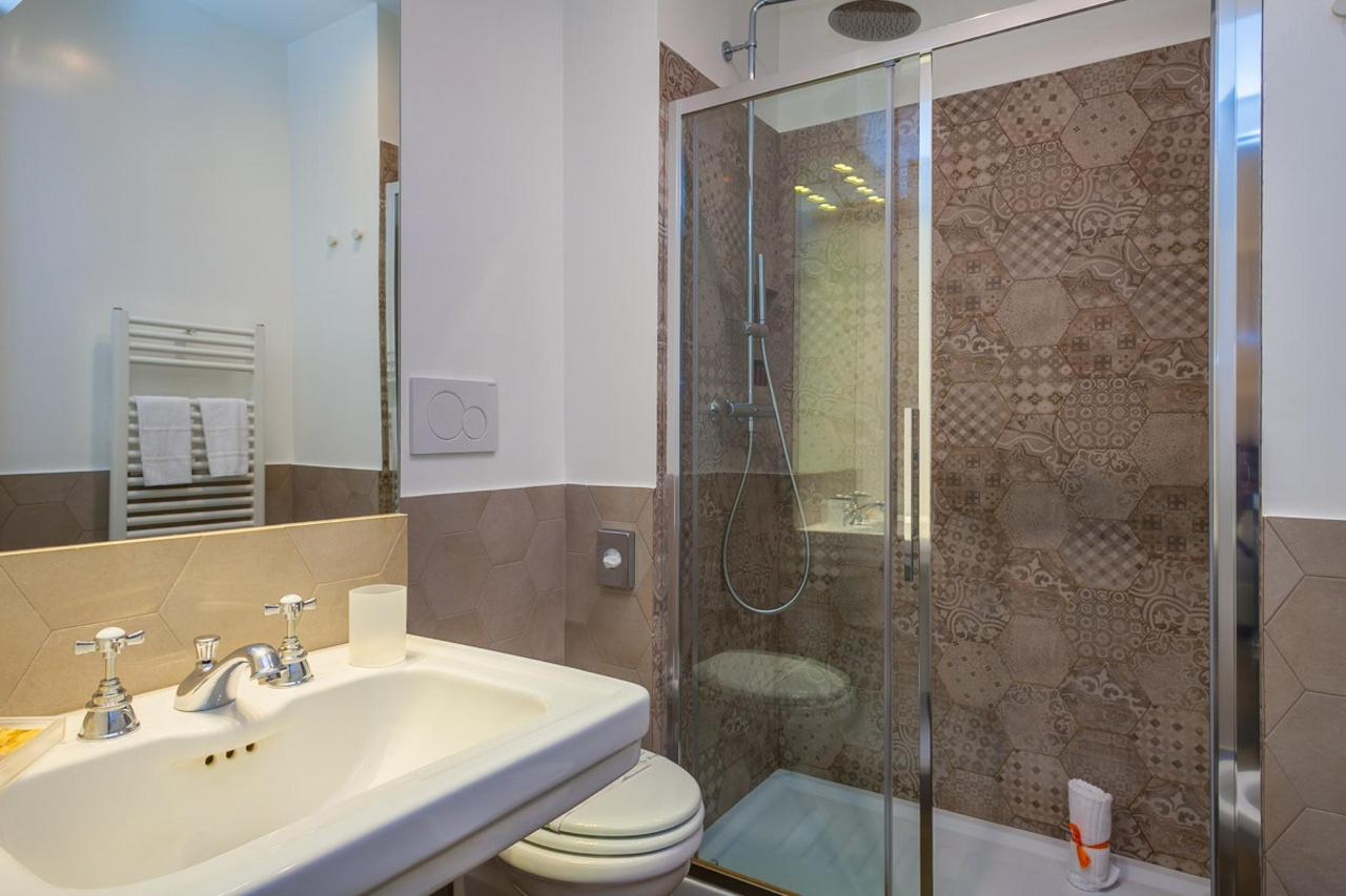 Superior Double Room- bathroom