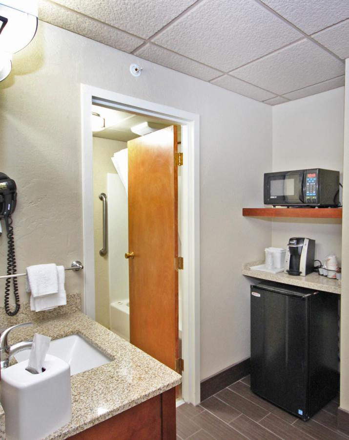 2 Queens beverage center & bathroom