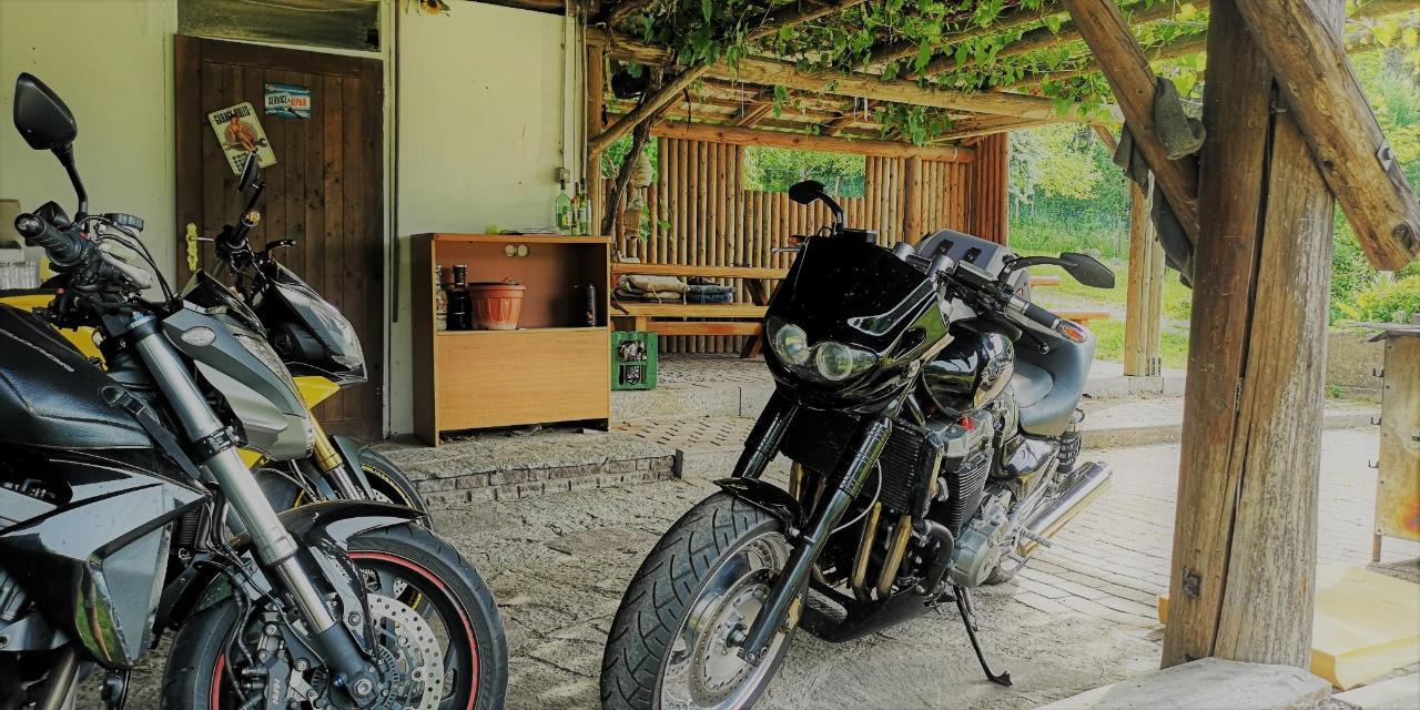 6 Motorrad Hotel Enzianbrenner Weinlaube.jpg
